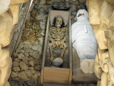 葉佐池古墳1号石室、復元された埋葬状況