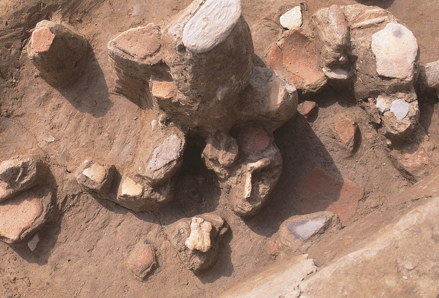 大久保遺跡袋状貯蔵穴内で出土した舶載鋳造鉄器と弥生土器
