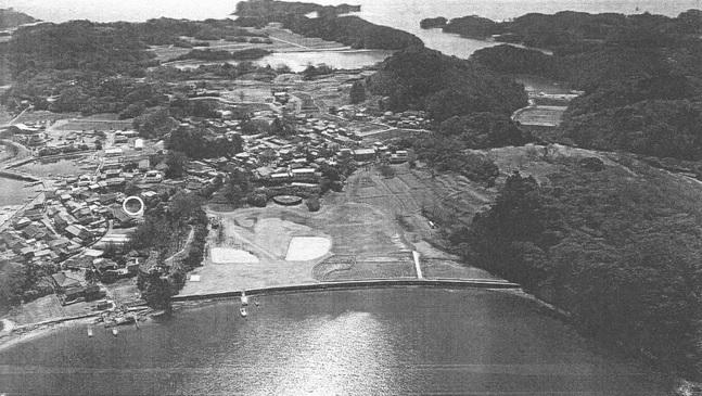 松島湾から見た里浜貝塚全景