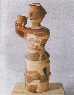壺をささげる女性の埴輪