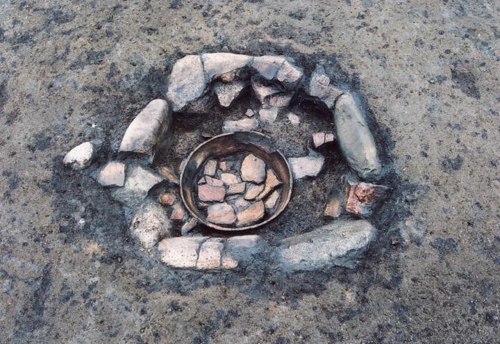 石で囲われた埋甕炉(うめがめろ)