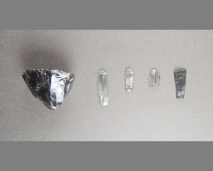 細石刃核(左)と細石刃     撮影:堤 隆