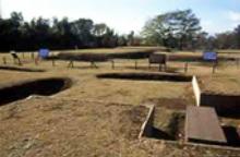 復元(ふくげん)された方形周溝墓(ほうけいしゅうこうぼ)