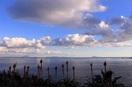伊豆半島南東海岸から見た神津島(右端の島)