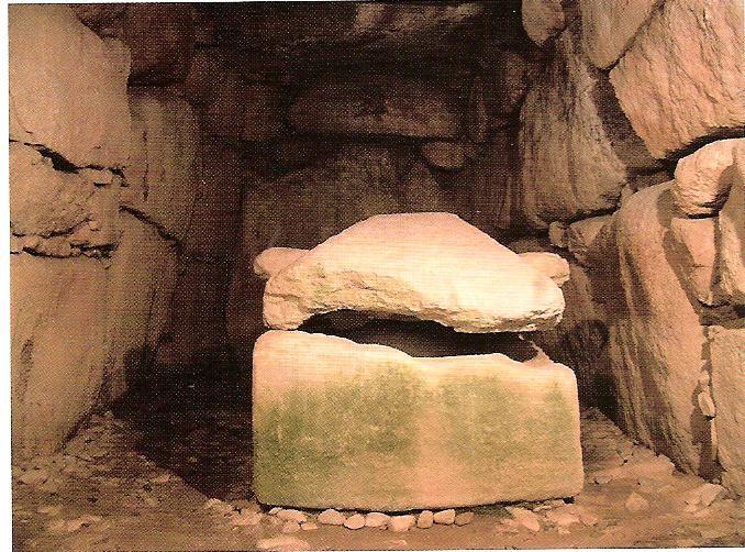 横穴式石室とその中に納められた石の棺
