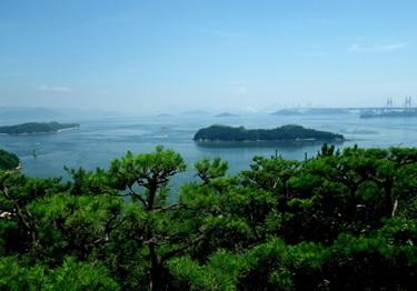 鷲羽山遺跡から見下ろした瀬戸内海(せとないかい)