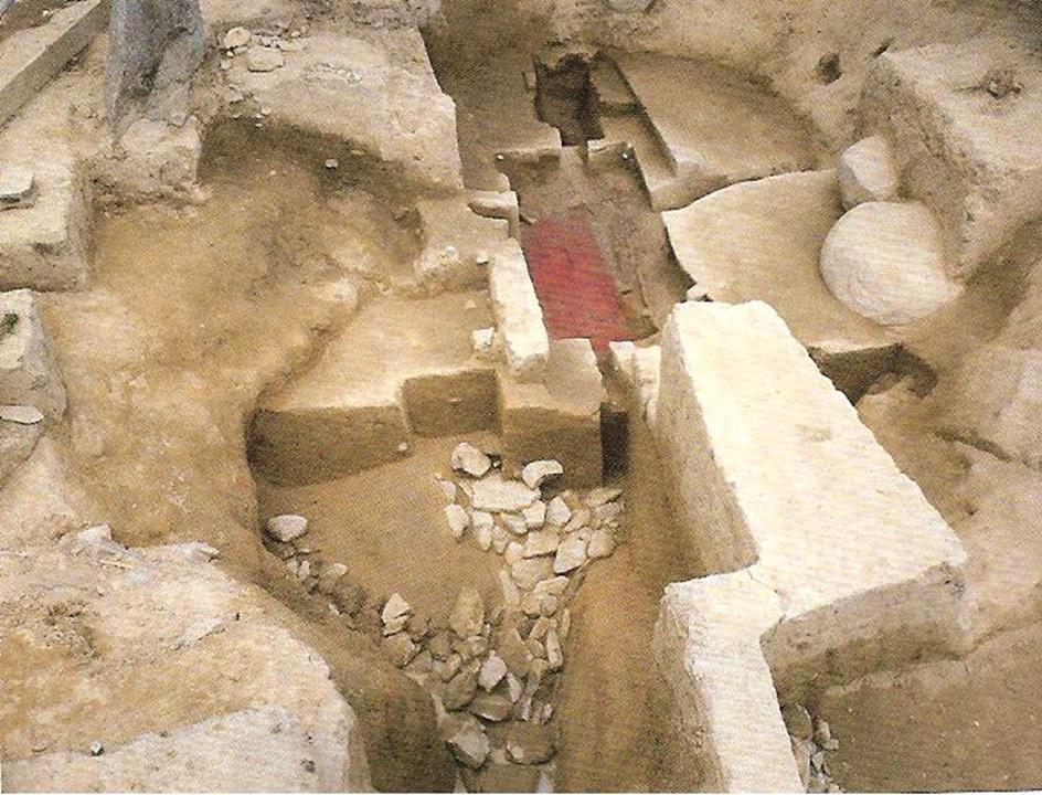 墓壙(木の部屋や棺を入れるために掘られた墓穴)
