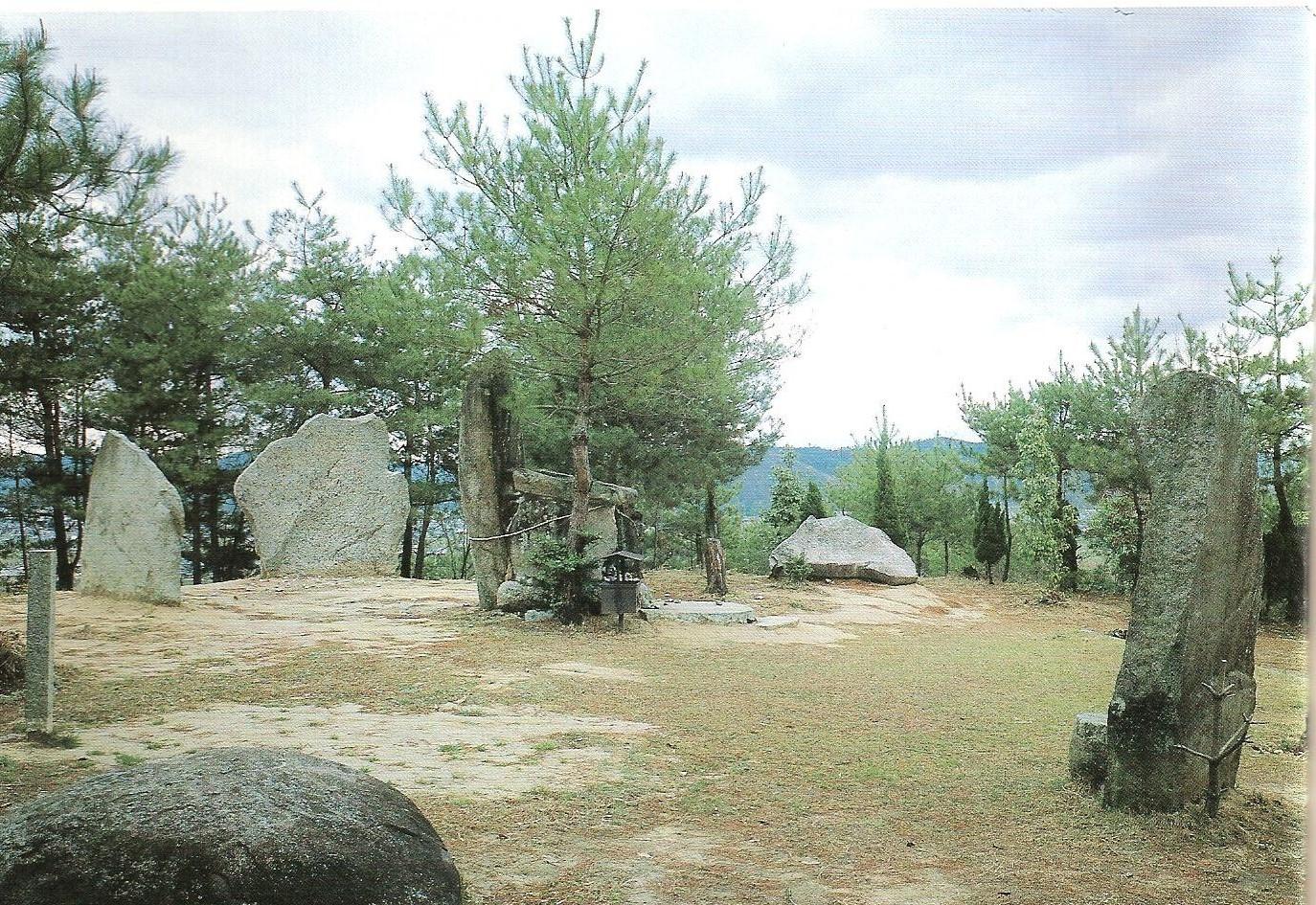 円丘部上に立てられた石
