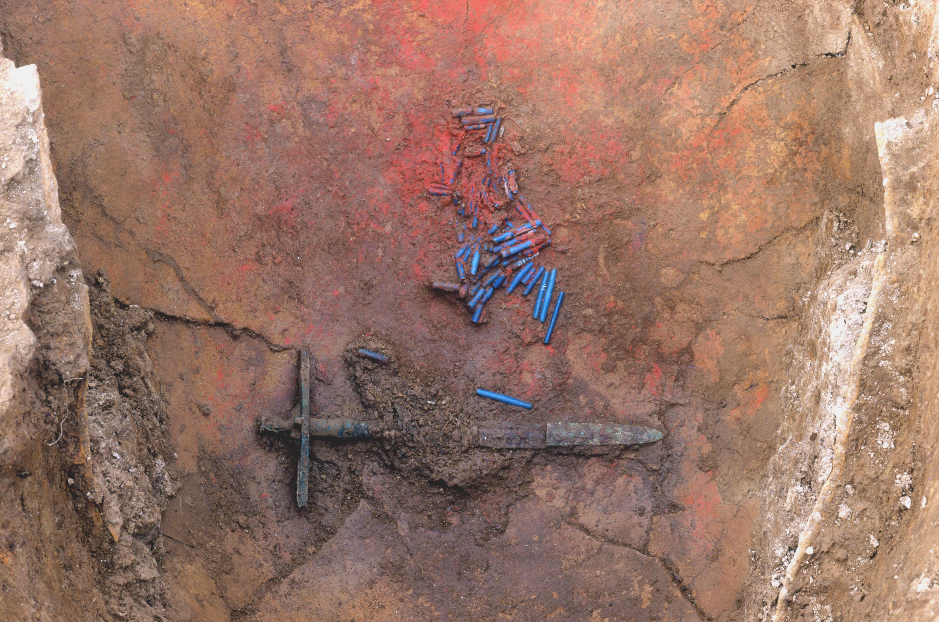 有柄銅剣とガラス管玉