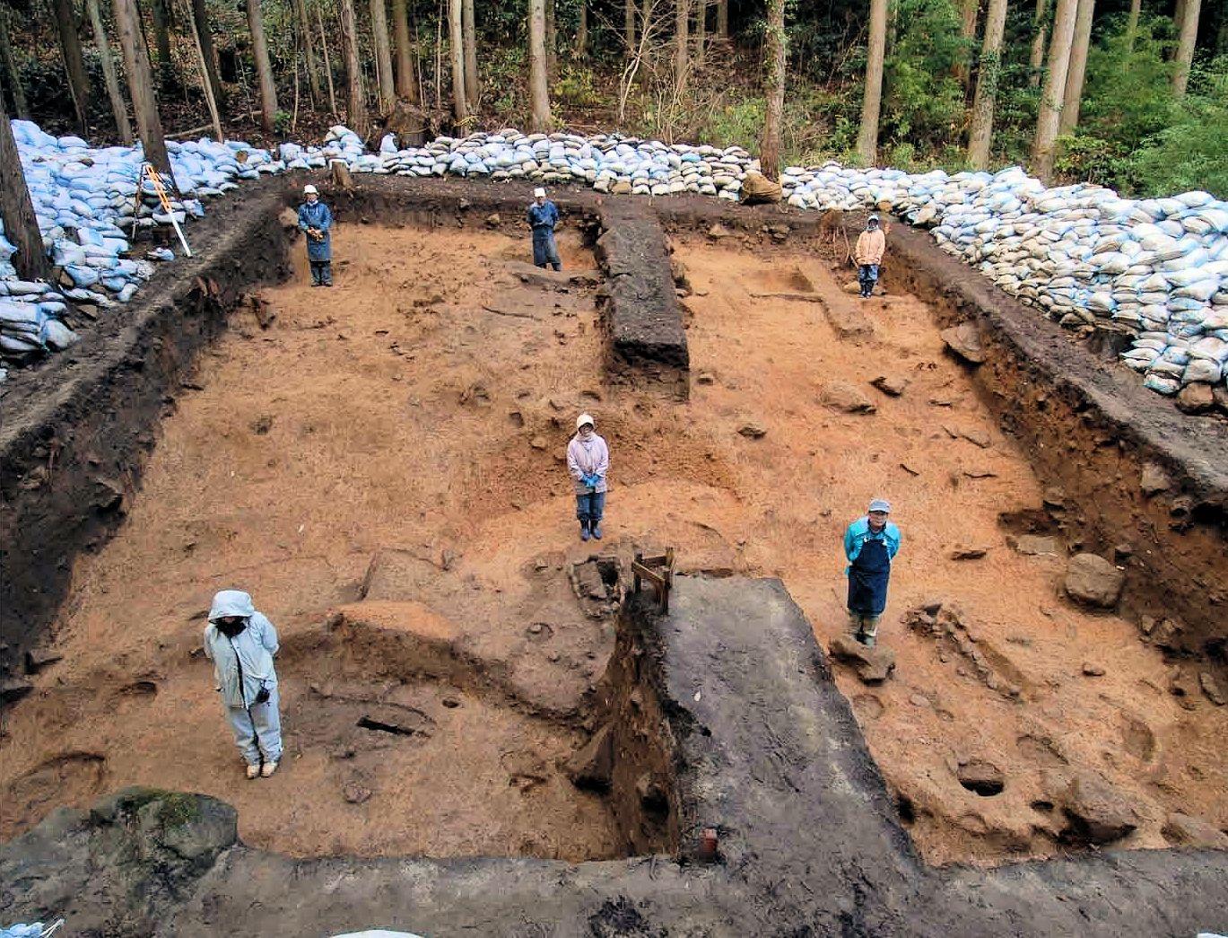 斜面で見つかった、たて穴建物の跡