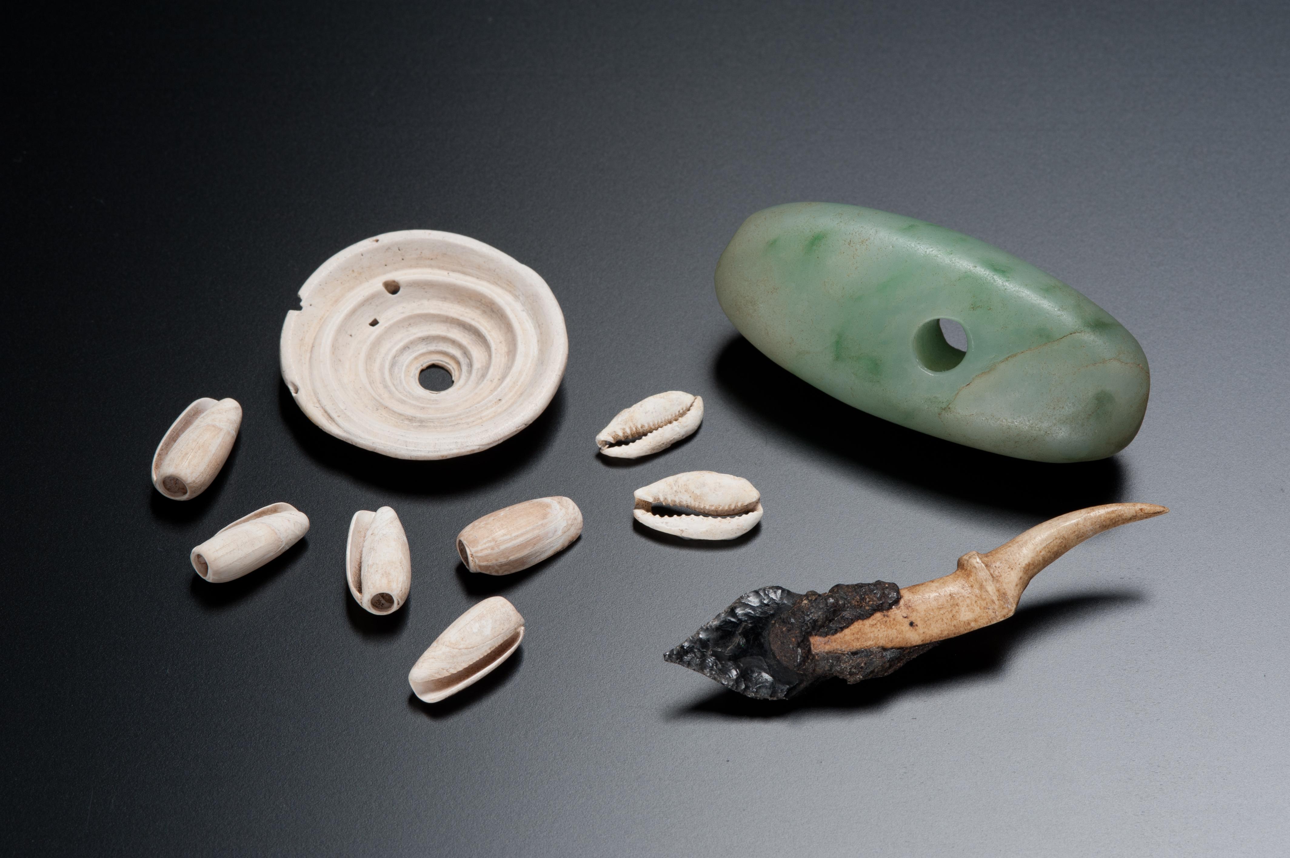 礼文島でとれない貝や石を利用した製品