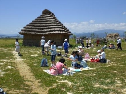 西沼田遺跡で学習する子どもたち
