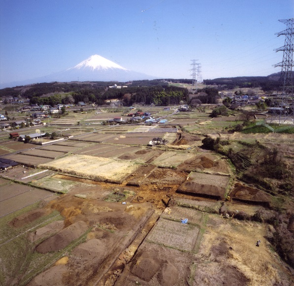 上空から見た遺跡と富士山