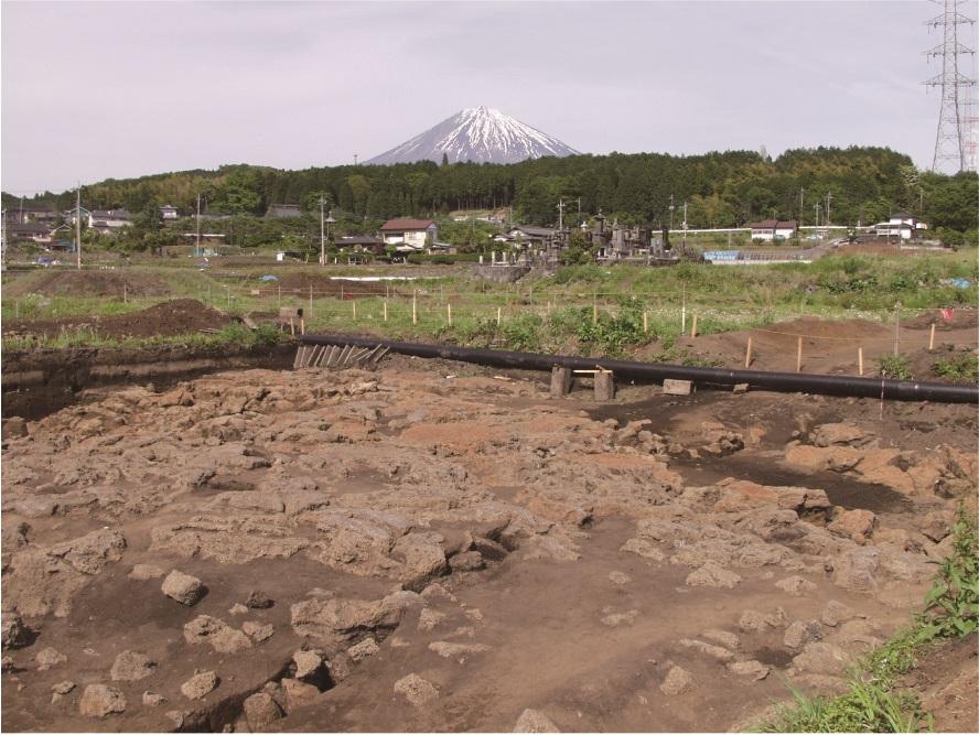 遺跡の中で発見された富士山からの溶岩