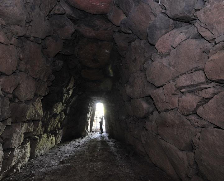 石室までの長い通路