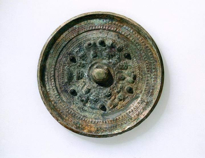 4号墳から見つかった中国製の銅鏡「三角縁神獣鏡」