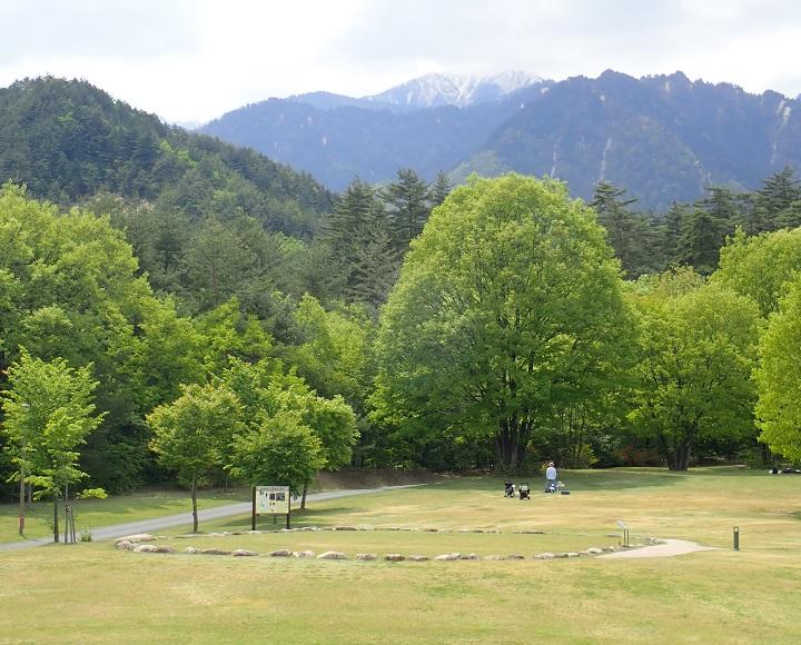 公園内に復元された石列