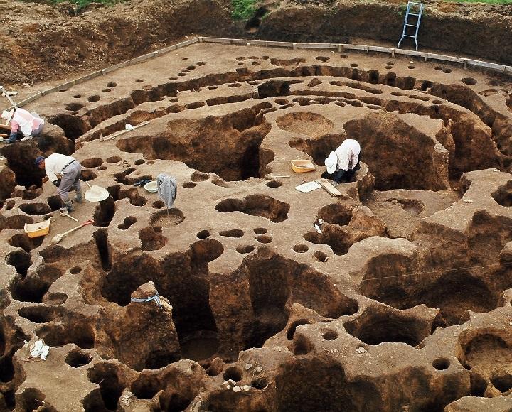 調査中の大型円形建物跡